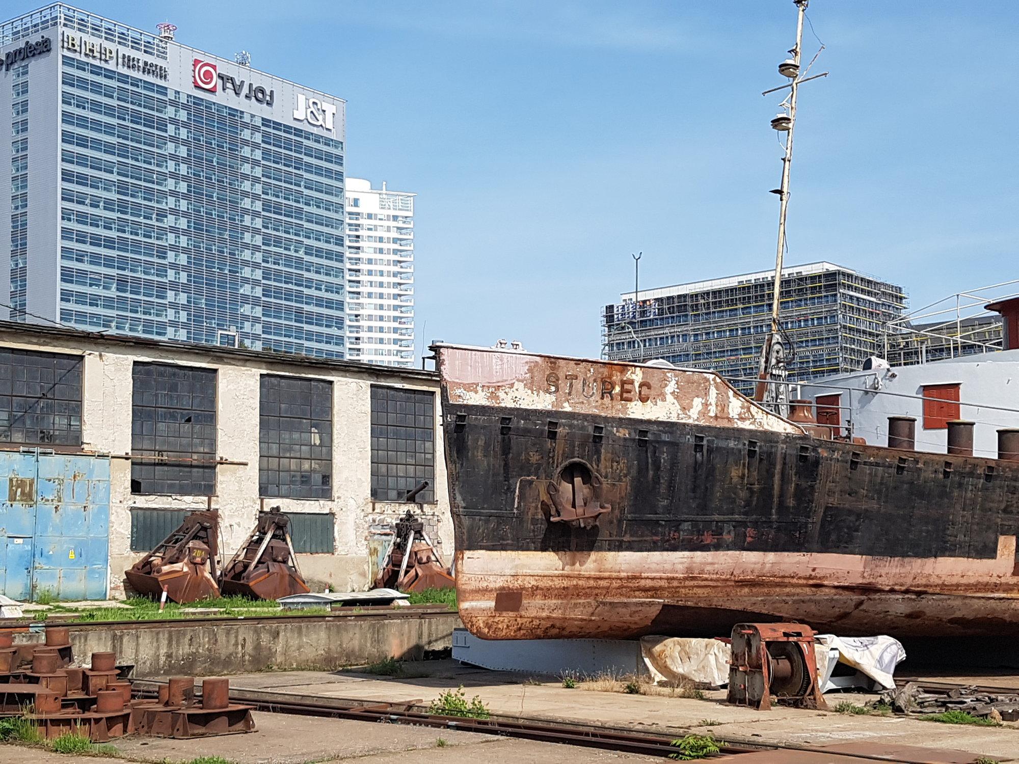 Remorkér Šturec a výstavba okolo prístavu