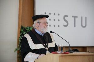 STU udelila čestný doktorát Bebovi Whiteovi